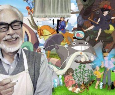 Imagen de Hayao Miyazaki con sus películas al fondo