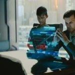 Corporativos de Cyberpunk 2077 tomando decisiones en frente de una pantalla holográfica