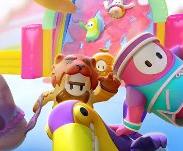 Cuatro muñecos con formas de leon, pájaro, cilindro y huevo, corren por una pista de colores y al fondo se ve otro muñeco que llega con forma de pájaro con alas.