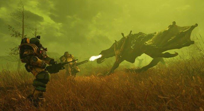 Dos hombres con armaduras y grandes armas enfrentándose a un dragón que echa fuego por su boca bajo un cielo tormentoso en una escena de Fallout 76.