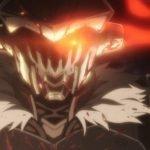 Rostro enmascarado de Goblin Slayer mirando de frente a la cámara con sus ojos enrojecidos