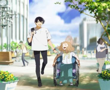 Imagen promocional de Josee-thE-Tiger-and-the-Fish-PV-DICIEMBRE-25 donde se ven a los dos protagonistas un al lado del otro transitando por una calle concurrida de día con flores a los costados de cada uno