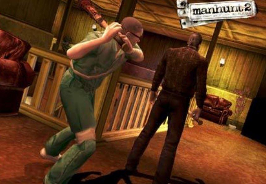 Hombre atacando con un bate a otro hombre de espaldas.