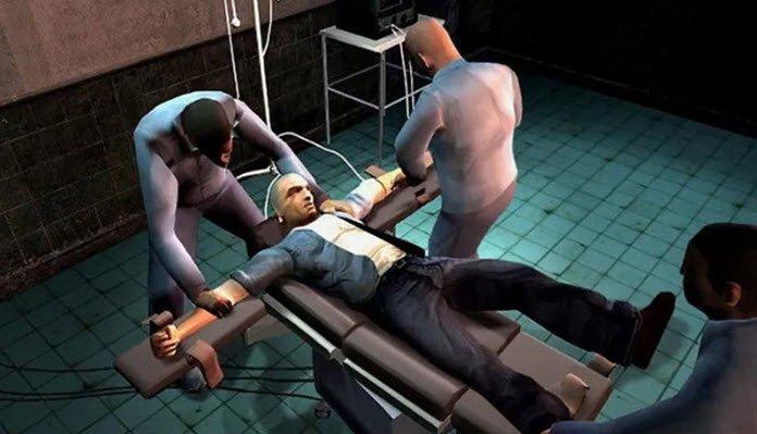 Un hombre colocado en una cama con los brazos abiertos por dos hombres de aspecto siniestro.