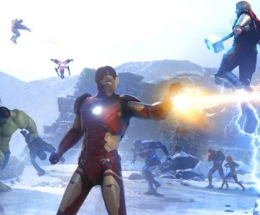 Imagen de Marvel's Avengers donde aparece en primer plano IronMan, a la derecha y sobre un promontorio montado está Thor y a la izquierda Hulk. Detrás de ellos dos hombre volando y todos se encuentran en medio de una batalla.
