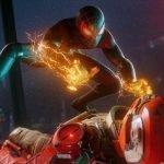 Miles Morales con un traje verde neón lanzando descargas eléctricas de sus manos contra un tipo con casco tirado en el piso.