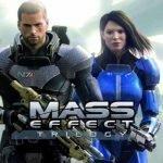 Carátula de Mass Effect Trilogy donde aparece en primer plano un hombre con traje tipo armadura espacial y un arma larga en la mano y detrás, la Comandante Shepard con traje azul y un arma en la mano.