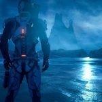 Un explorador espacial de espaldas,mirando un paisaje azul nocturno con montañas y neblina al fondo y a un lado una luz roja sobre un promontorio rocoso.