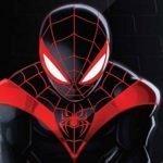 Spider-Man: Miles Morales de frente con traje negro y ribetes rojos en los hombros.