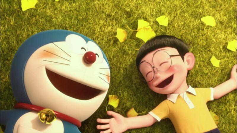 Doraemon y Nobita acostados en el césped