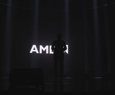 Lisa su frente al logo de AMD poco antes de la presentación.
