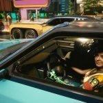 Automóvil de Cyberpunk 2077 con un NPC al volante.