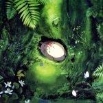Totoro y Mei dormidos en el bosque, rodeados de plantas en una toma lejana