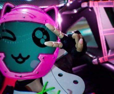 Personaje de Destruction AllStars con un casco rosa y rostro de emoji