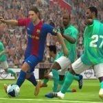 El jugador Messi pateando una pelota de fútbol en pleno campo deportivo rodeado de cinco jugadores del equipo rival