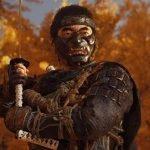 Un samurái con una katana con un fondo repleto de árboles en otoño
