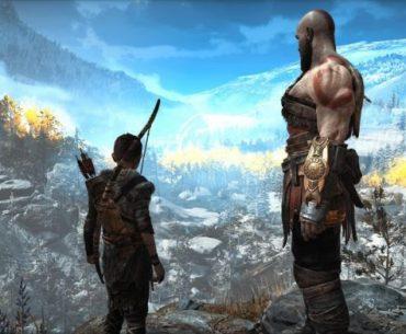 Kratos y Atreus mirando al horizonte desde una montaña