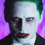 Versión de Joker de Jared Leto mirando al frente con actitud enojada