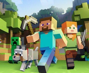 Dos personajes de Minecraft corren por el bosque junto a varios animales