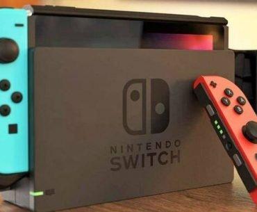 Consola Nintendo Switch en su dock junto a un Joy-Con.