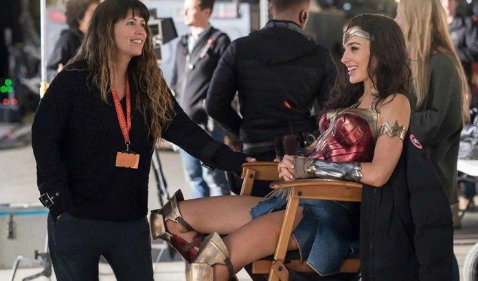 Patty Jenkins riendo con Gal Gadot en el set de 'Wonder Woman'