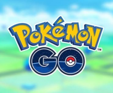 Logo de Pokémon Go con unas montañas y nubes al fondo