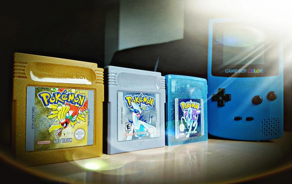 Cartuchos de Pokémon Gold, Silver y Crystal junto a una Game Boy.