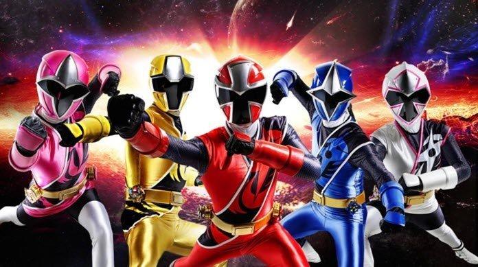 Los Power Ranger blanco, azul, rojo, amarillo y rozado con sus coloridos trajes en un fondo que asemeja el espacio