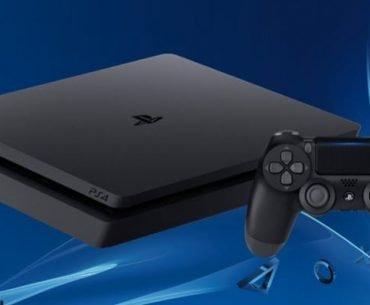 Una consola PS4 junto a un DualShock 4 en un fondo de color azul