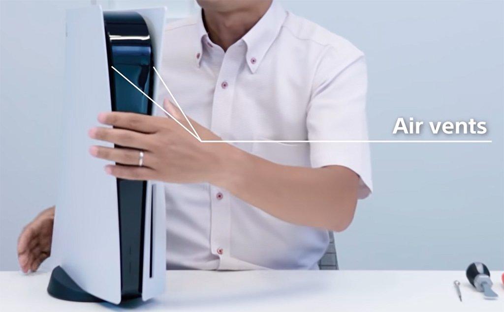 Ootori mostrando donde están ubicados los ductos de ventilación de la PS5.