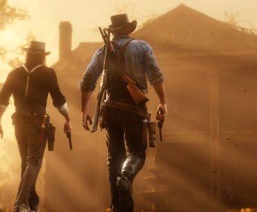 Dos vaqueros de espalda que sostienen sus revolver en las manos mientras se dirigen a una casa en pleno atardecer