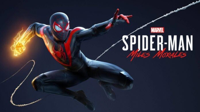 Miles Morales con su traje de color negro y rojo lanzando una telaraña y luciendo en uno de sus puños un poder de color amarillo con el logo de Spider-Man: Miles Morales a la derecha