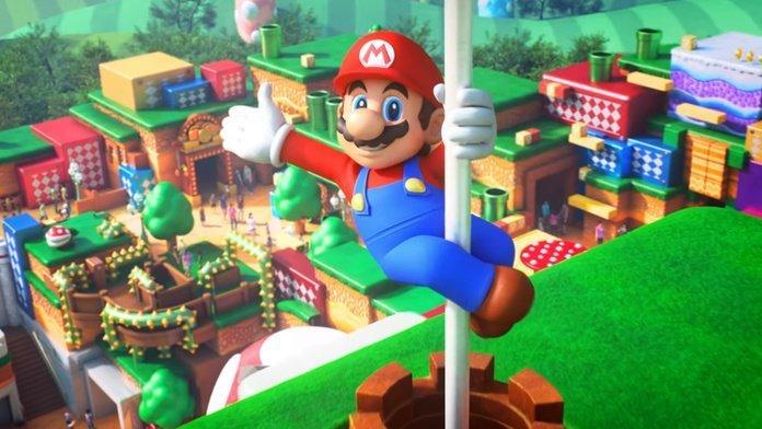 Mario dándole la bienvenida a sus fanáticos al parque Super Nintendo World desde el asta de bandera