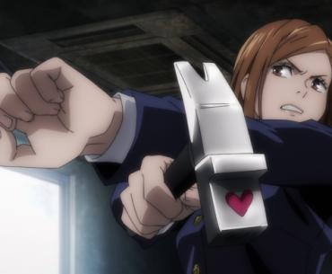 Imagen tomada del anime Jujutsu Kaisen de Novata en pose de batalla sosteniendo su martillo y clavos malditos en una habitación deteriorada.