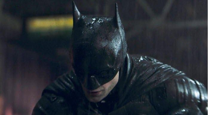 Robert Pattinson con el traje de Batman bajo la lluvia