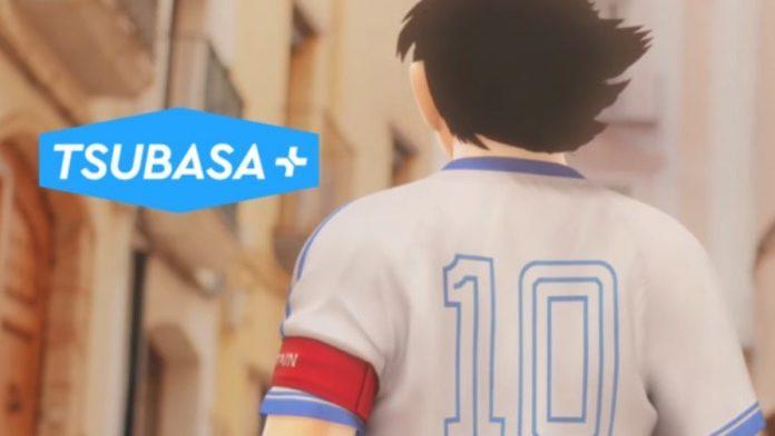 Imagen tomada de Tsubasa+ con Oliver de espaldas mostrando su camiseta con el número 10 y al fondo se ve una calle real con edificios en tonos beige.