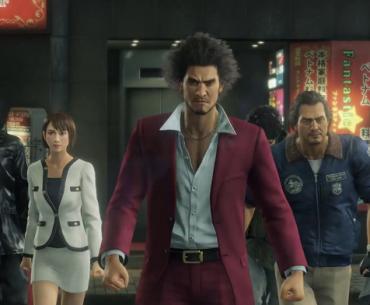 Kasuga, protagonista de Yakuza: Like a Dragon psa con sus acompañantes.