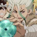 Imagen promocional oficial de 'Dr. Stone' con Senku en el centro mostrando un disco turquesa rodeados de los habitantes de la era de piedra.