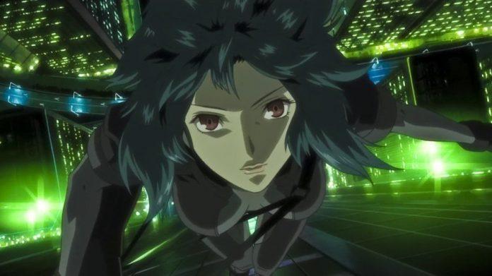 Imagen tomada de la serie 'Ghost in the Shell: Stand Alone Complex' con la protagonista desde un ángulo alto mirando hacia la cámara mientras se lanza de un edificio y al fondo se ve la calle de noche llena de luces verdes.