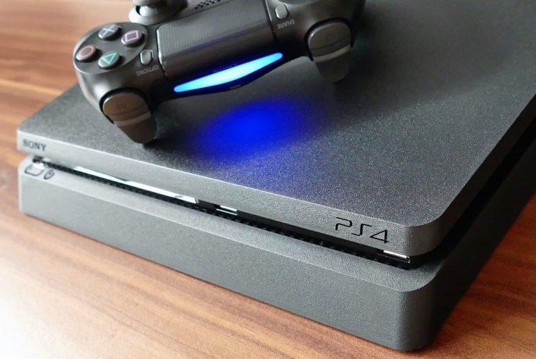 Consola PS4 con un DualShocker sobre una mesa