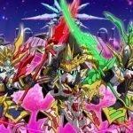 Imagen tomada de la cinta 'SD Gundam World Sangoku Souketsuden' con los tres Protagonistas parados lado a lado y cruzando sus armas de batallaa en el centro, mientras al fondo se divide en un fucsia intenso y azul rey de abajo hacia arriba.