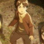 Imagen tomada del anime de 'Shingeki no Kyojin' con Eren, Mikasa y Armin mirando hacia el cielo con temor,.mientras al fondo se ve un suelo de tierra.