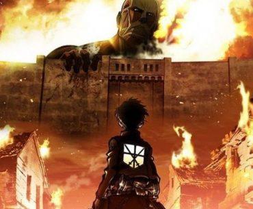 Imagen tomada del anime de 'Shingeki no Kyojin' con Eren observando al titán de ataque desde la ciudad mientras la misma está en llamas.