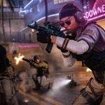 Tres soldados disparando en medio de una calle repleta de disturbios
