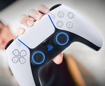 Un hombre sostiene un Dualsense de PS5