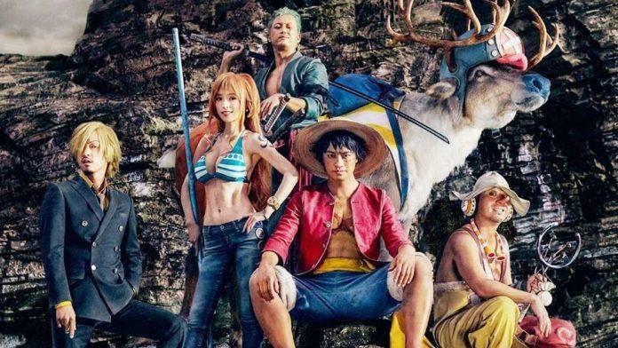 Imagen tomada del comercial de One Piece con los protagonistas posando frente a la cámara en un escenario rocoso.