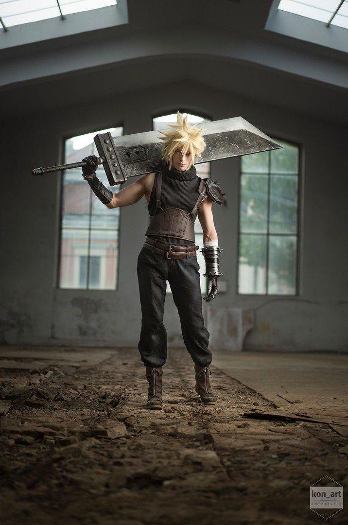 Fotografía del cosplayer Pixel Cosplay haciendo de Cloud de 'Final Fantasy VII' mientras pose con su espada apoyada en su hombro derecho mientras al fondo se ve la pared de un almacén.