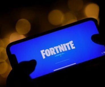 Teléfono Android utilizando la aplicación de Fortnite en un fondo oscuro