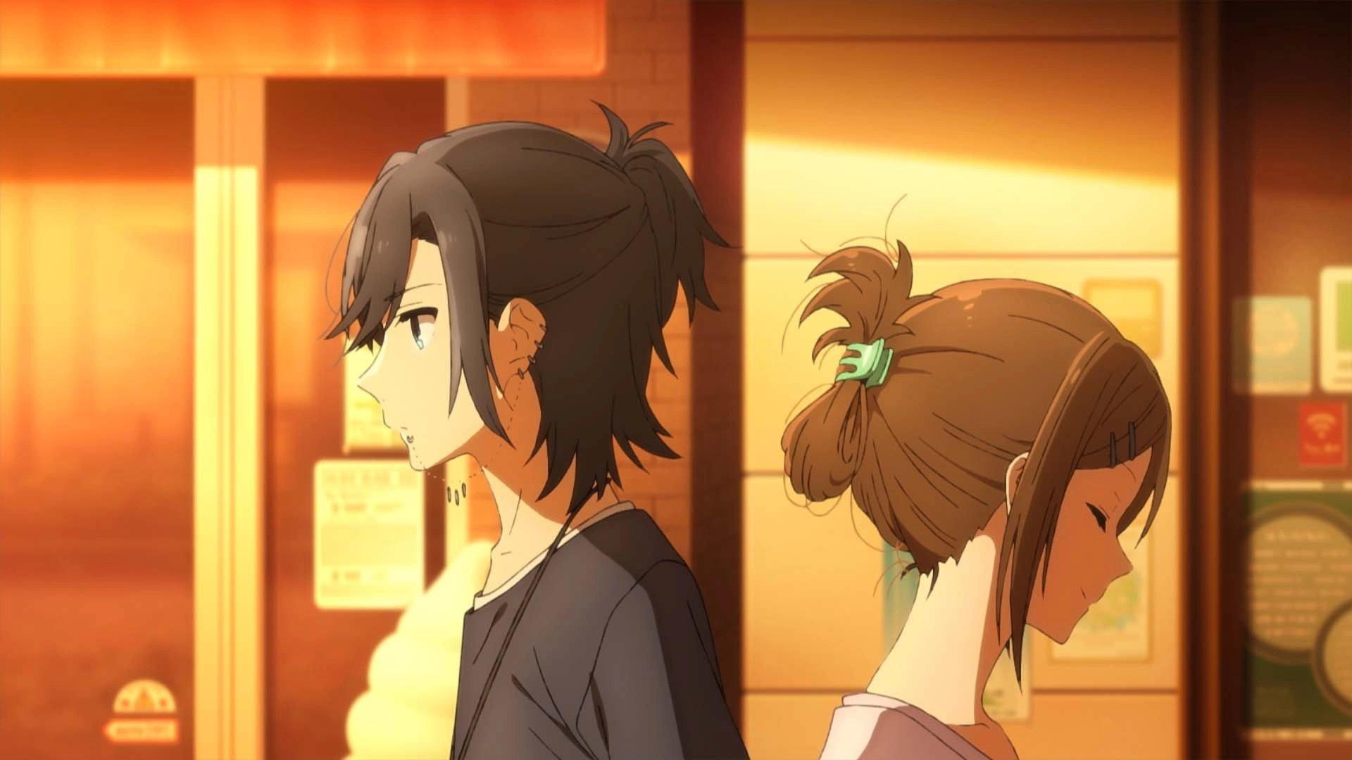 Imagen del primer tráiler de 'Horimiya' con los protagonistas caminando en direcciones contrarias en una calle solitaria a la luz del atardecer.