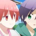 Imagen del episodio 08 de Tonikawa con Tsukasa tomando del hombro a Nasa con una sonrisa en el rostro, mientras al fondo se ven los castigos y el cielo azul.